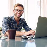 Bild von Werkstudent mit Laptop und Kaffee